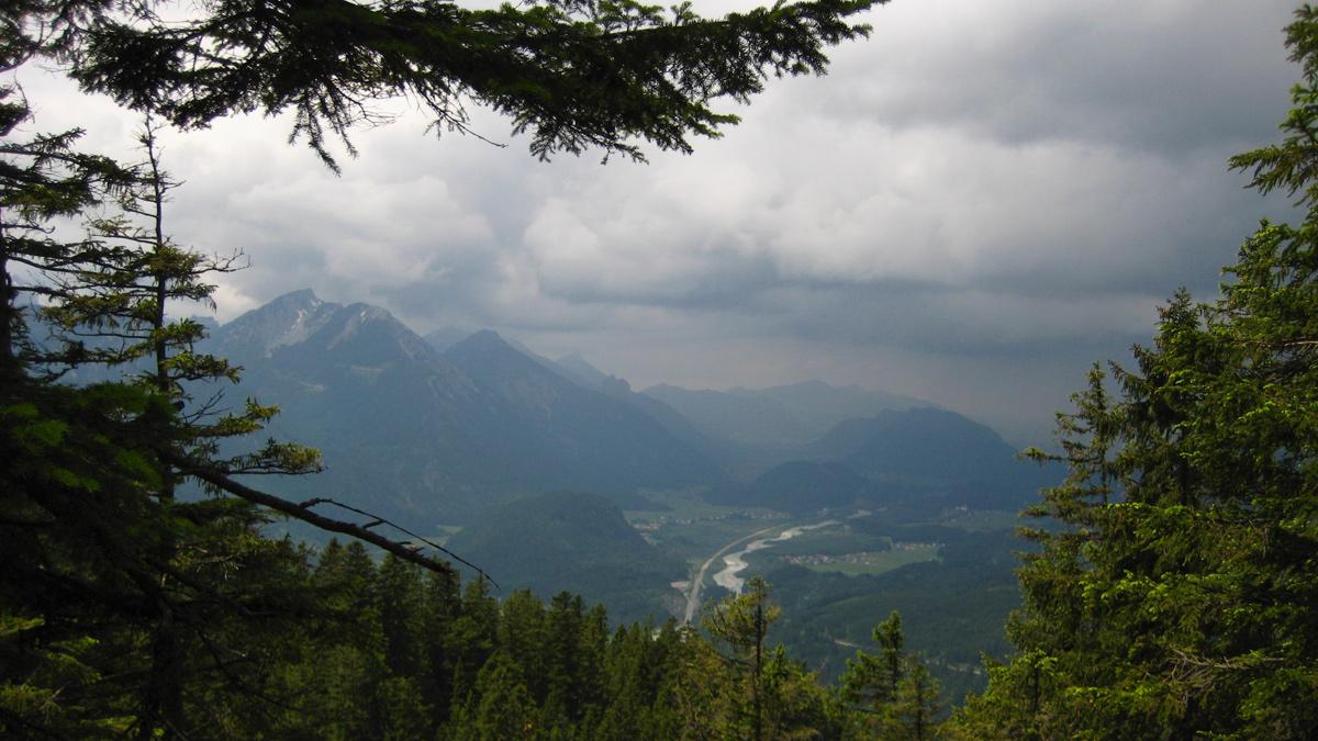 mit nur begrenztem Raum schlängelt sich der Lech zwischen Pinswang und Musau hindurch