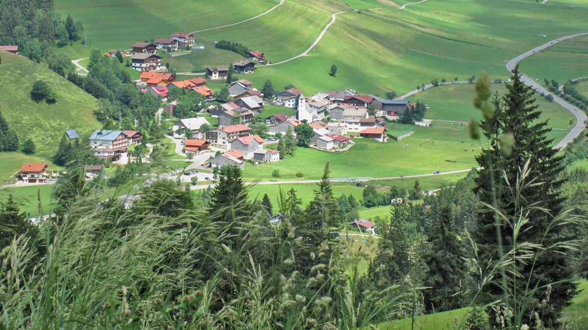 Blick aus West zu der kleinen Gemeinde Zöblen