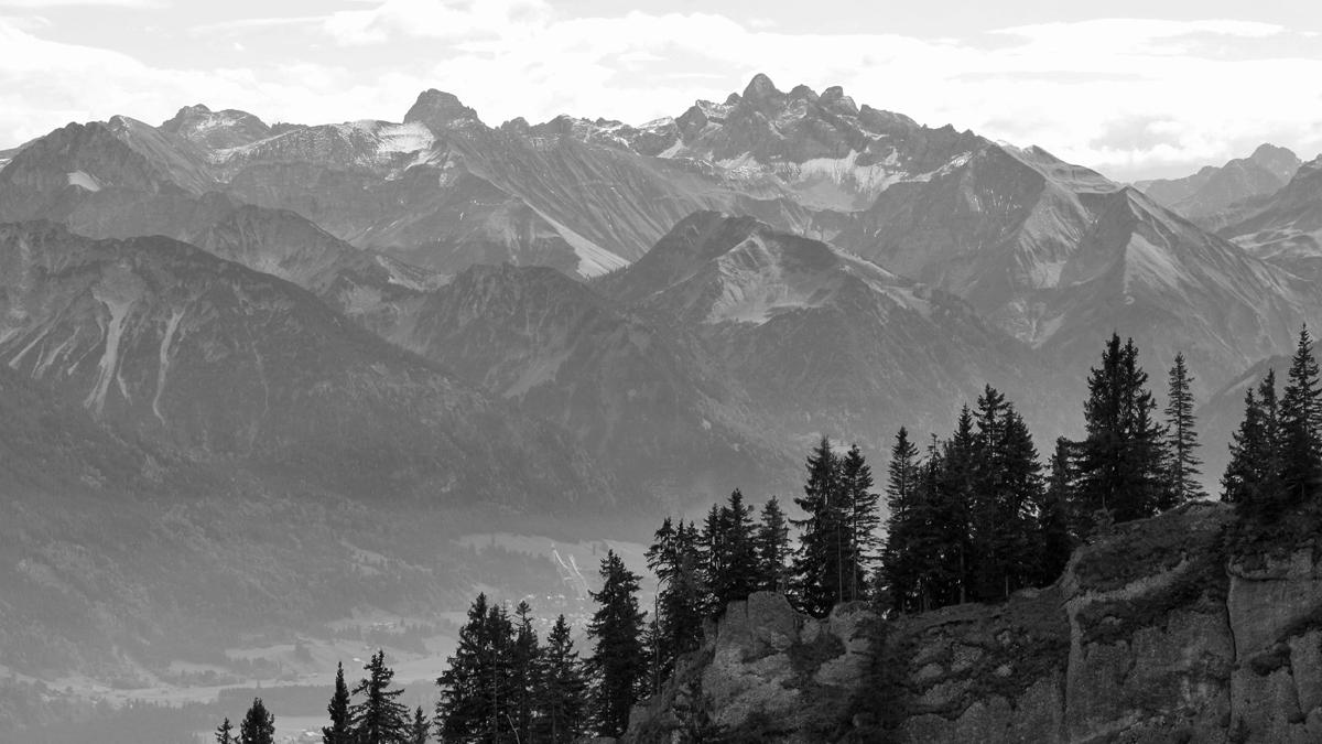Ausblick vom Nordostrücken des Steinebergs über den Ostgrat hinweg über das Illertal zu den Bergen über Oberstdorf
