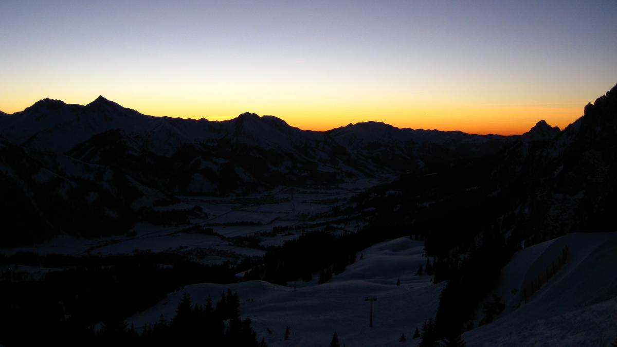 der Abendhimmel über dem Tannheimer Tal während einer Pistentour zum Füssener Jöchl