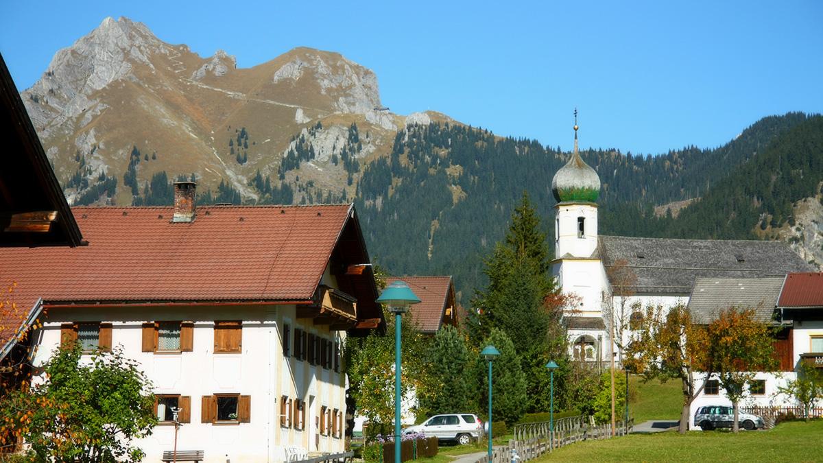 Grän mit der dem Hl. Wendelin geweihten Pfarrkirche - im Hintergrund der Aggenstein