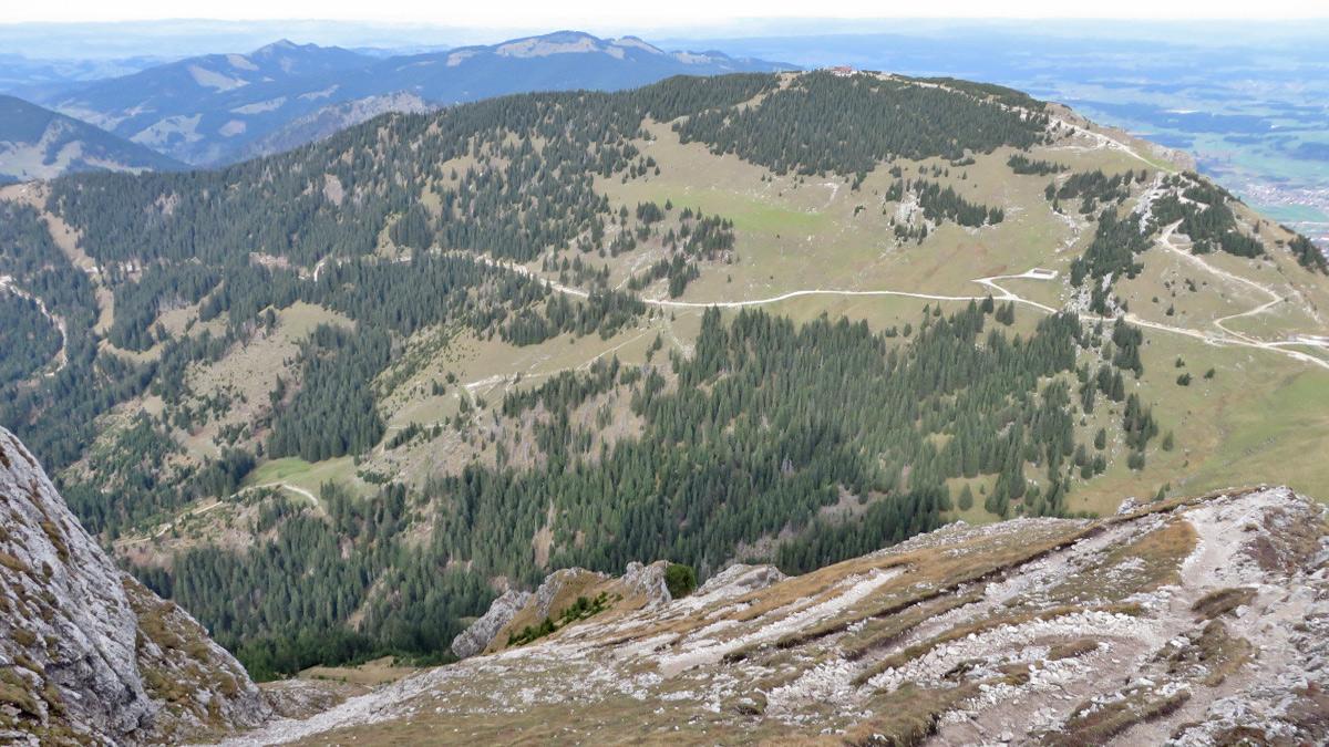 der Anstieg zum Aggenstein von Norden führt über den sogenannten Langen Strich - im Hintergrund der Breitenberg