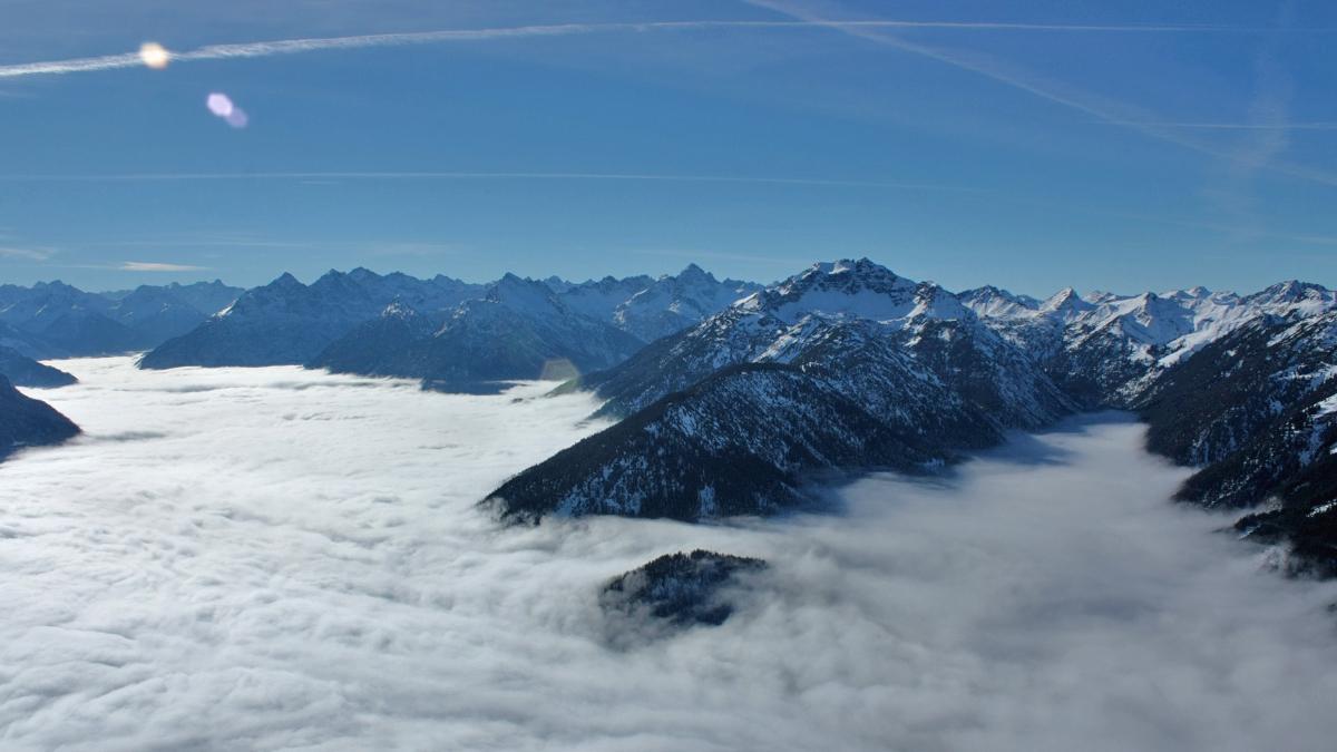 Gipfelblick von der Gaichtspitze gegen Südwesten über das Nebel bedeckte Lechtal (li.) und Birkental
