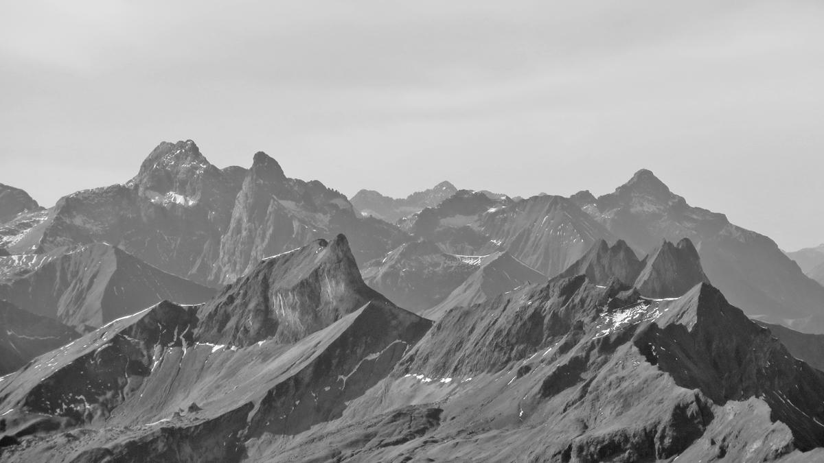 im Vordergrund dominieren die berühmten Allgäuer Grasberge wie Schneck oder Höfats - dahinter die Felsberge mit ihren schroffen Formen