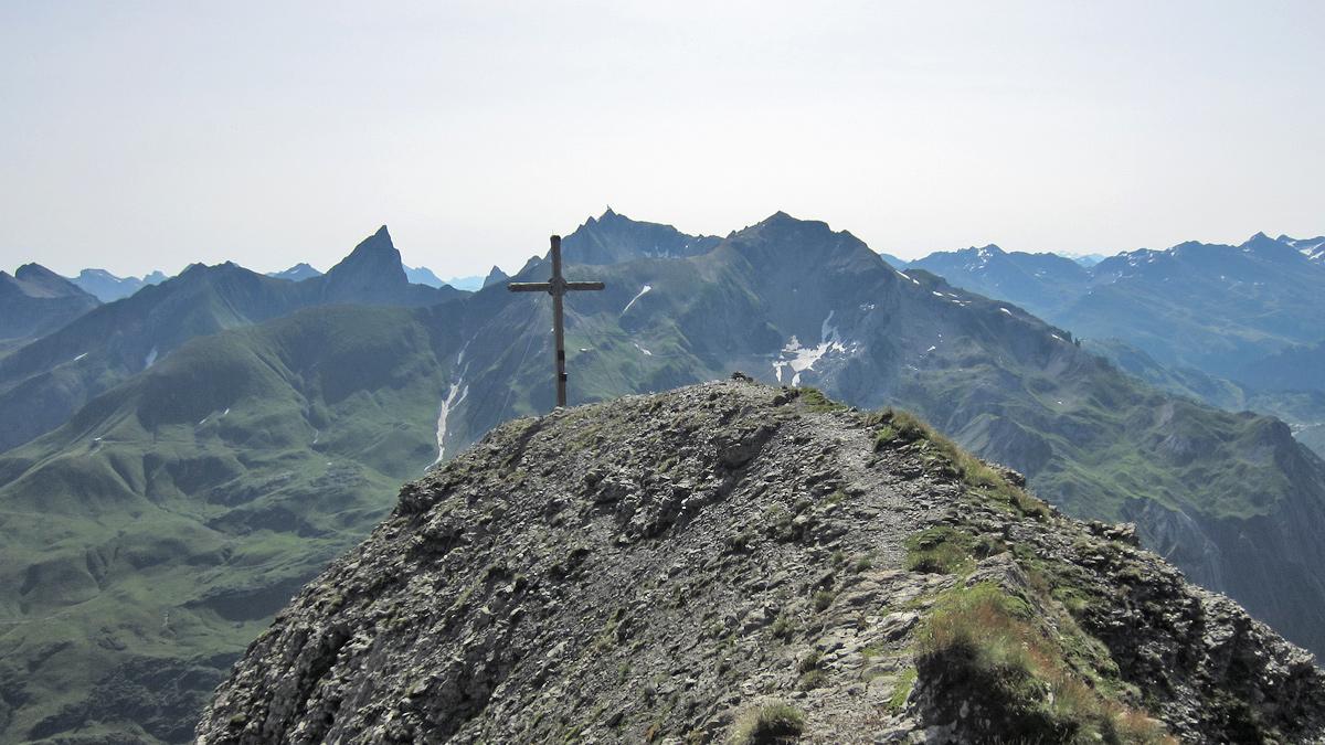 am Gipfel der Vorderen Hasenfluh - im Hintergrund die Roggspitze (li.) und die Valluga in den Lechtaler Alpen