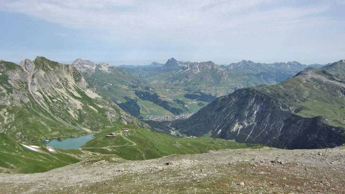Blick von der Vorderen Hasenfluh hinab zum Zürser See und nach Lech