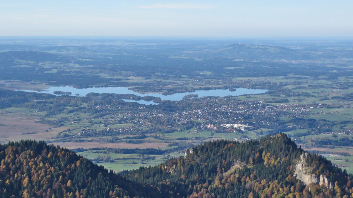 Gipfelblick vom Herzogstand hinab nach Murnau und zum Staffelsee - hinten rechts der Höhenzug des Peißenberges