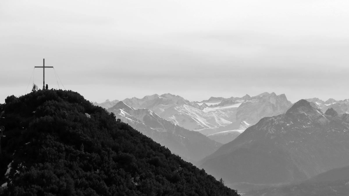 der Martinskopf - Nachbargipfel des Herzogstandes - mit Ausblick hinein nach Innertirol zu den Gletschern der Stubaier Alpen