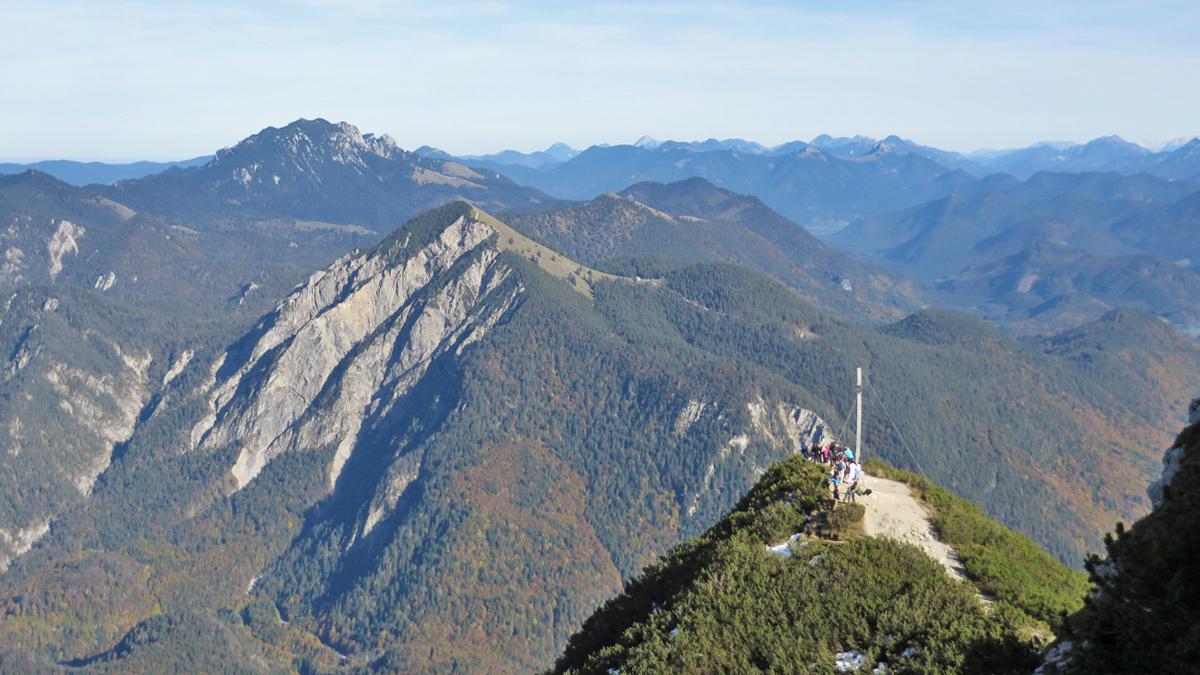 Gipfelblick vom Herzogstand hinüber zum Jochberg und der Benediktenwand