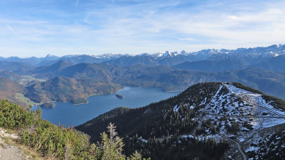der Fahrenbergkopf und der Walchensee - am linken Bildrand die Jachenau