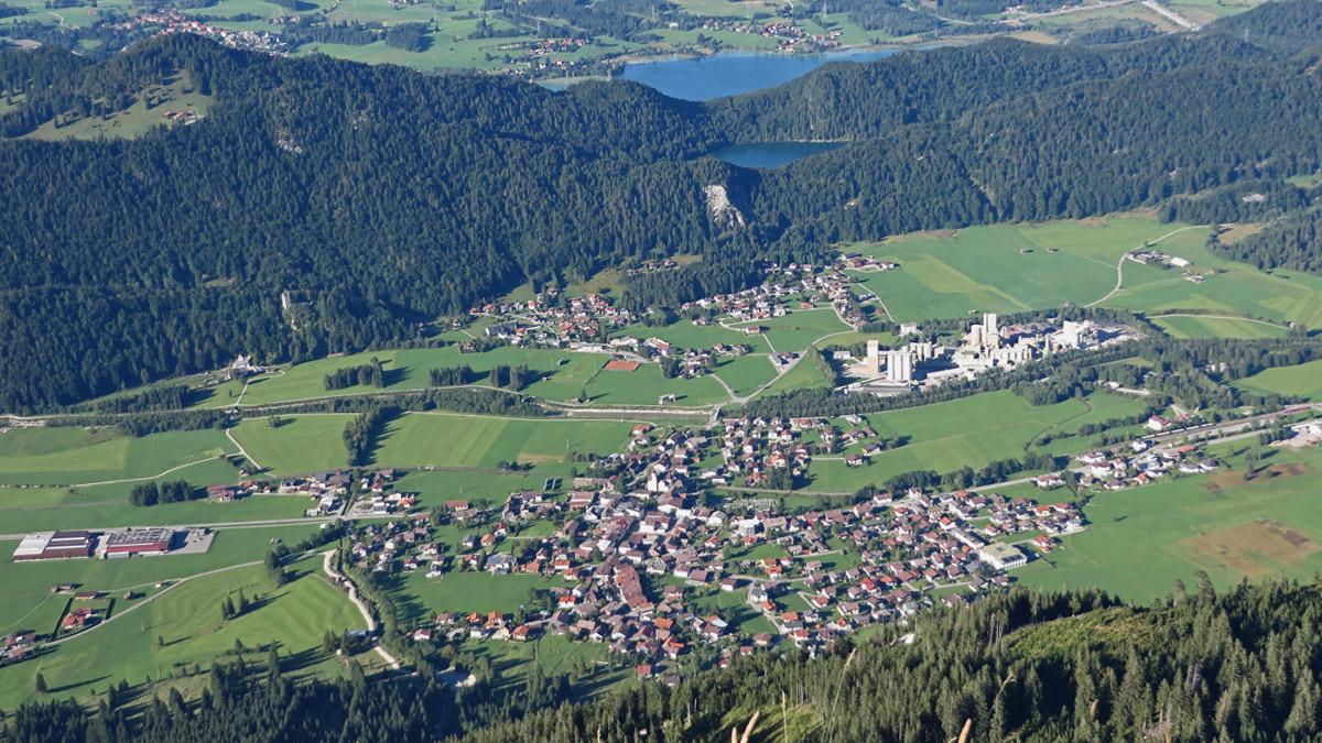die Stadt Vils mit dem Zementwerk Schretter - dahinter der Falkenstein-Höhenzug mit dem Alatsee