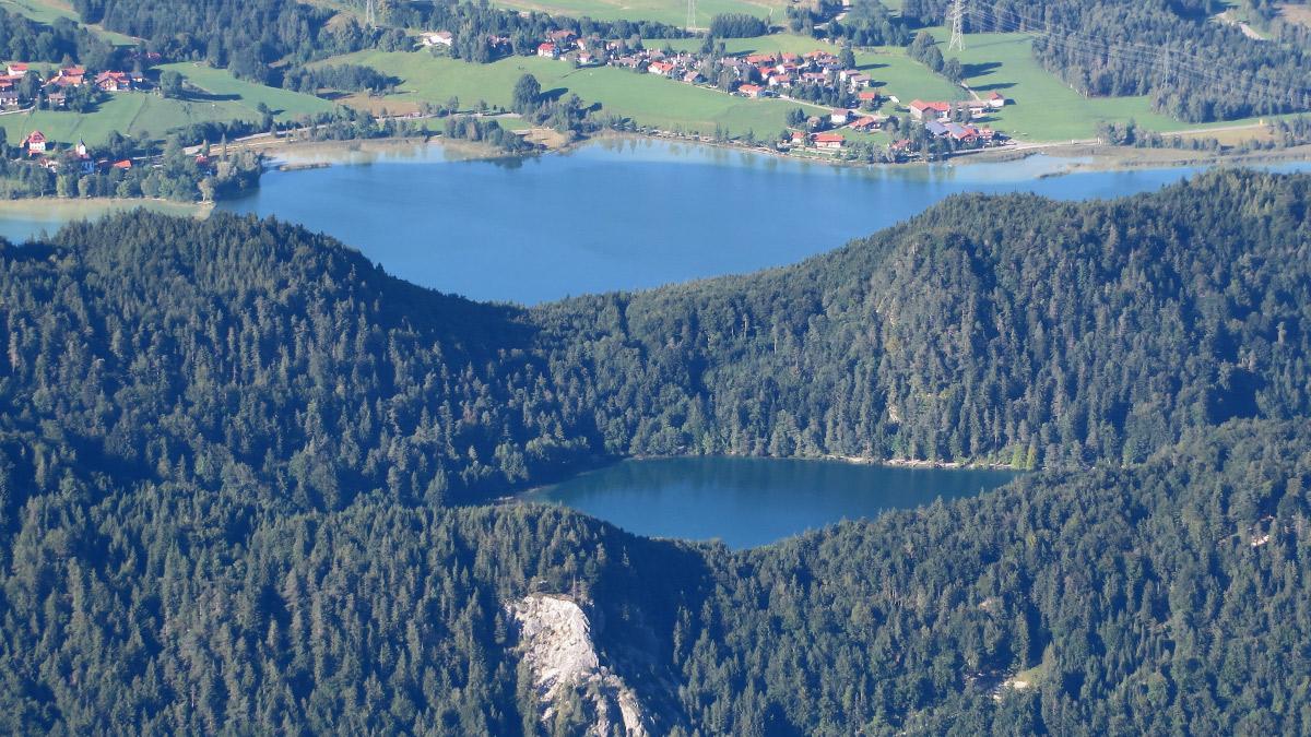der im Höhenzug des Falkensteins eingebettete Alatsee gilt als Naherholungsgebiet - unterhalb liegt der Weißensee