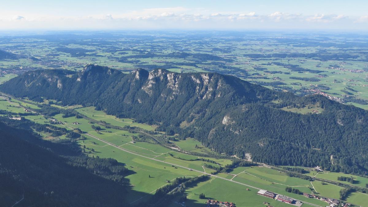 der den Tannheimer Bergen vorgelagerte Zirmgrat zwischen Pfronten und Vils mit der Salober Alm (re.)
