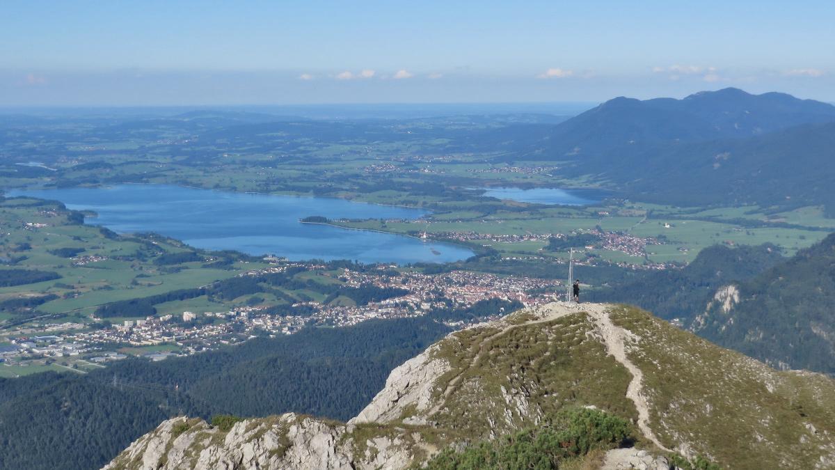 Blick vom Vilser Kegel gegen Norden hinab nach Füssen und dem Forggensee