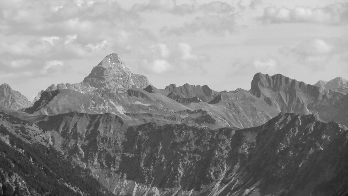 Gipfelblick vom Wannenkopf hinüber zum Hochvogel (li.) und dem Schneck