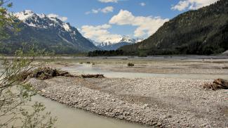 der Lech und seine weitläufigen Kies- und Schotterbänke