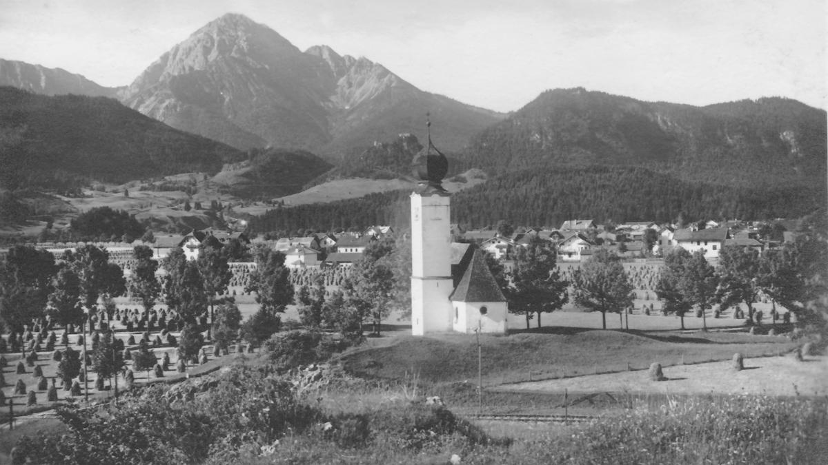 Blick auf die Feldkapelle (heute Rochuskapelle) mit Reutte und dem dahinter aufragenden Thaneller - Tiroler Kunstverlag, Innsbruck (um 1920)