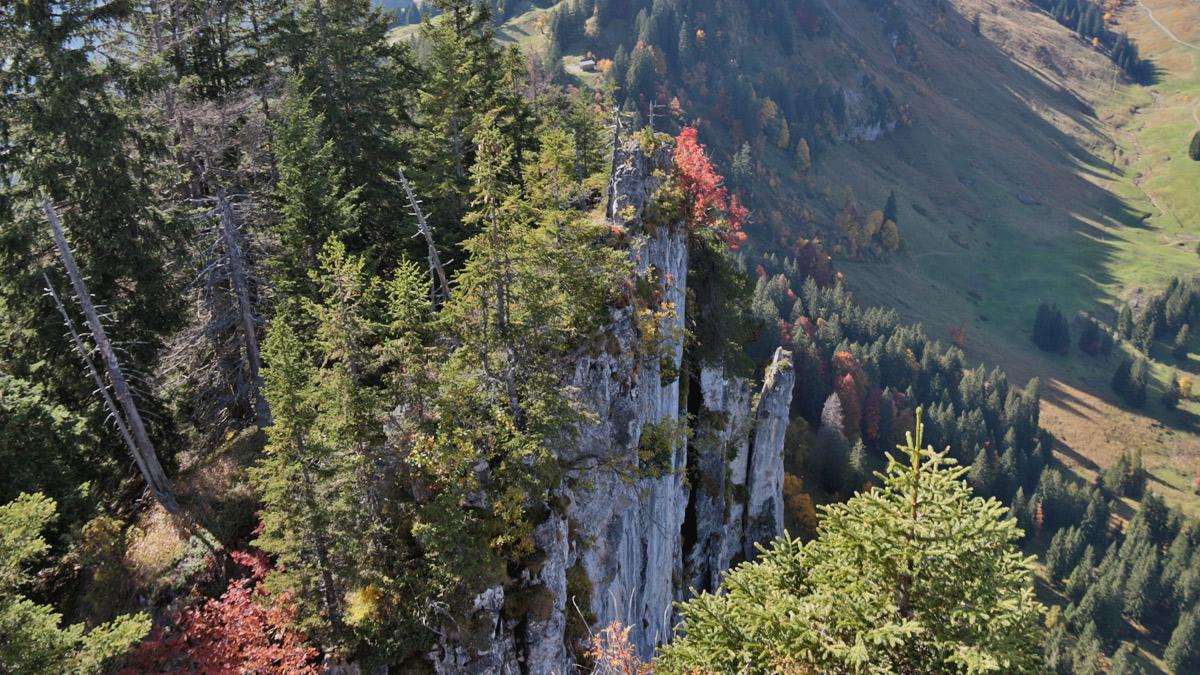 Blick vom Gipfel der Sienspitze in die senkrecht abfallende Nordwestwand