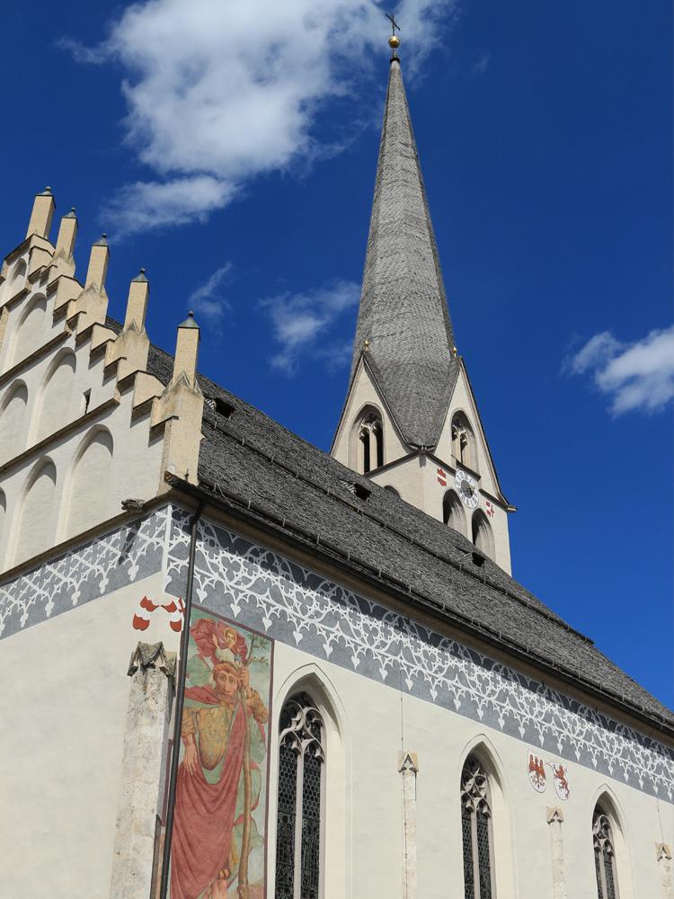Südansicht der Imster Pfarrkirche Mariae Himmelfahrt - mit annähernd 85 Metern der höchste Kirchturm Nordtirols