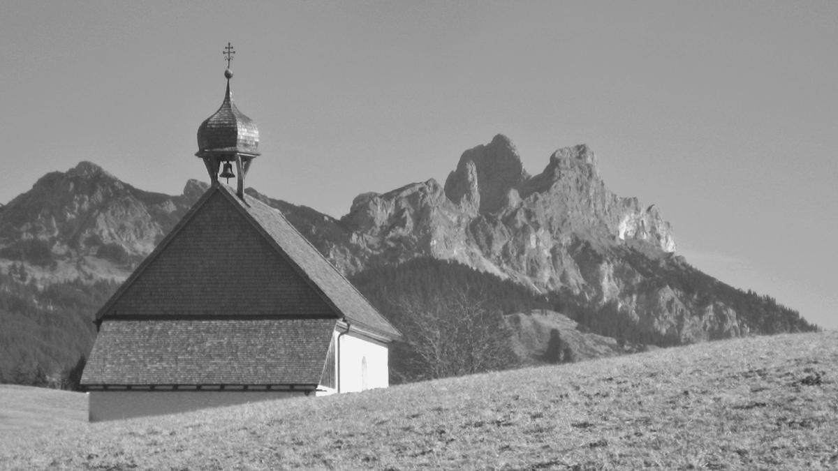 die Kapelle St. Leonhard bei Kienzen - im Hintergrund der Gimpel und die Rote Flüh