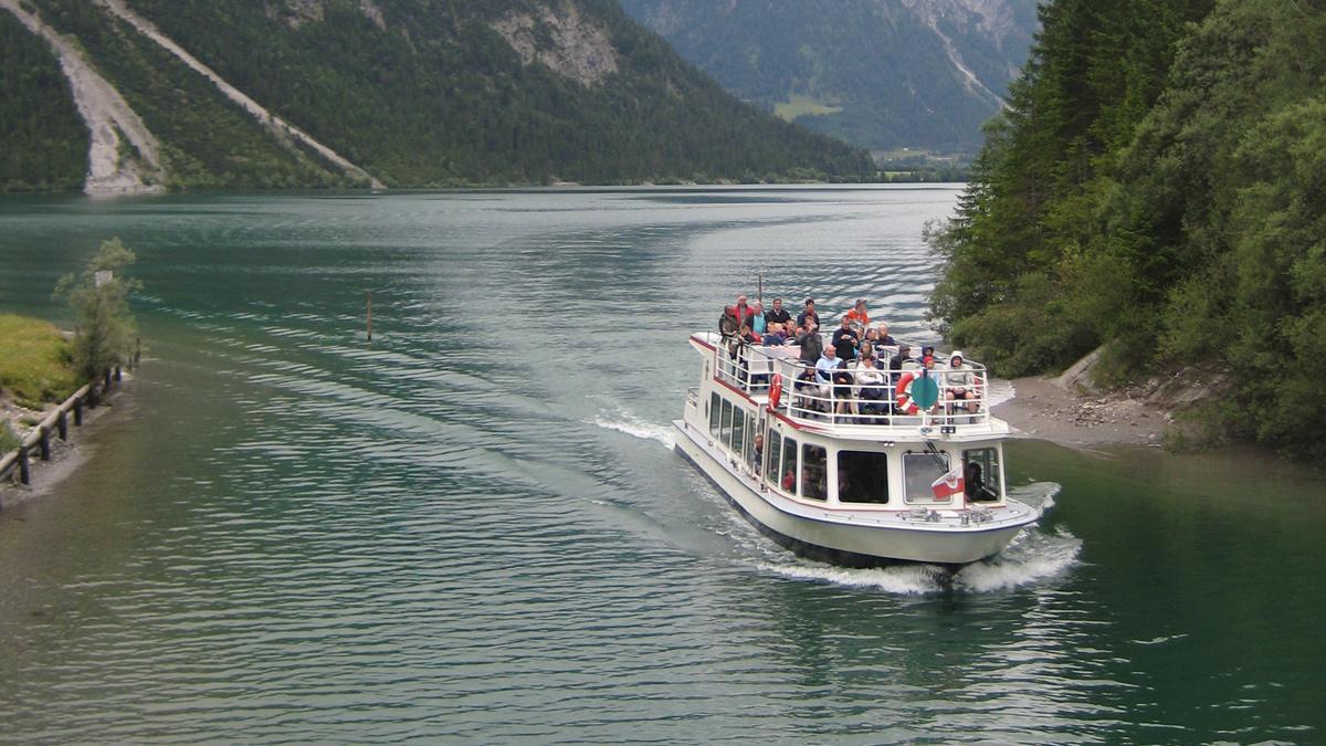 ein Motorschiff fährt durch den Kanal