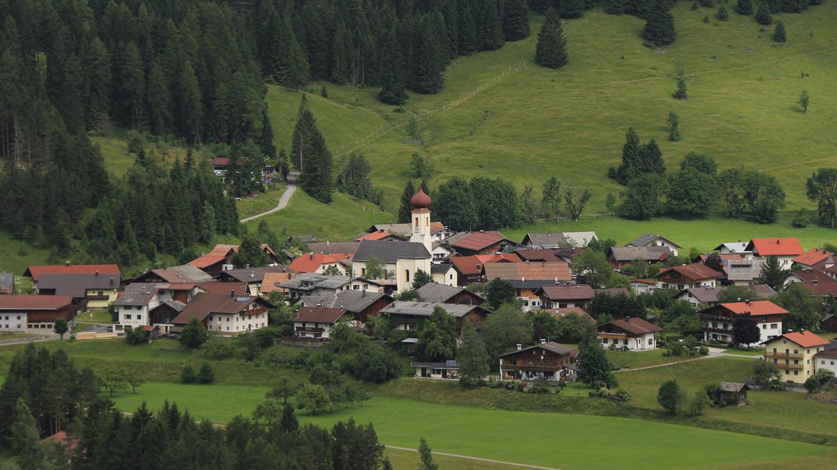 die Gemeinde Vorderhornbach mit der Expositurkirche hl. Johannes der Täufer