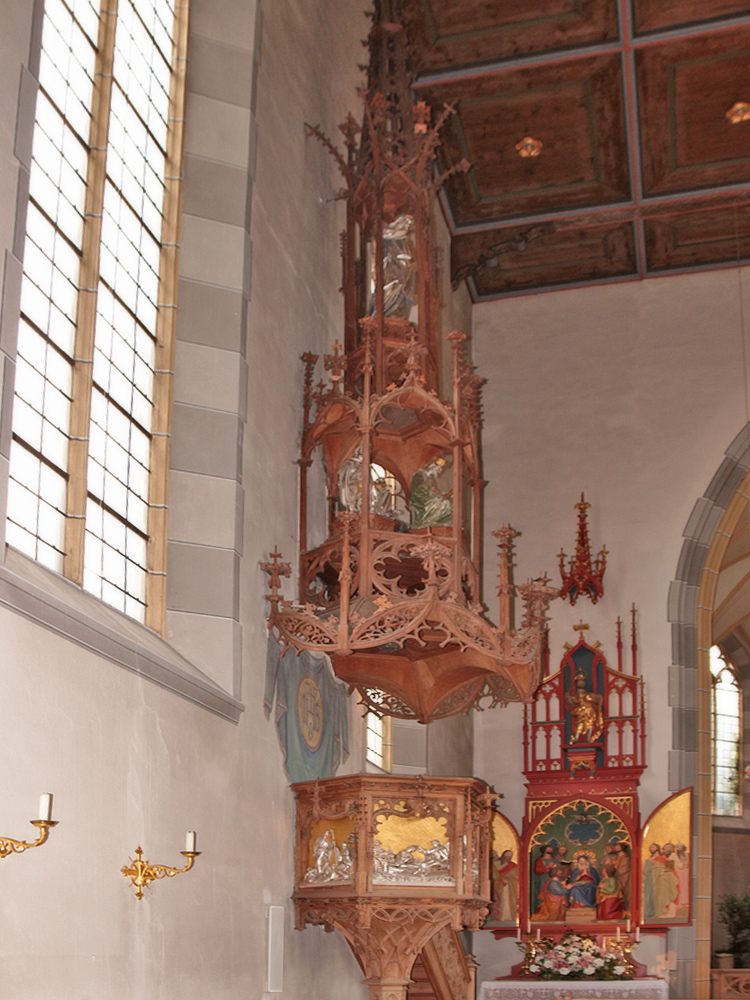 die komplett aus Holz gefertigte Kanzel in der Pfarrkirche St. Johannes der Täufer in Oberstdorf