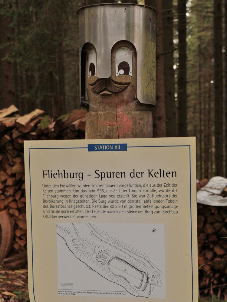 Fliehburg im Burzatbachtel bei Ottacker - Station des Heinrichwegs bei Sulzberg
