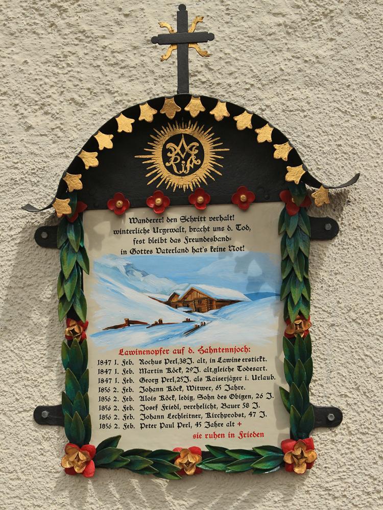 Gedenktafel der Lawinenunfälle am Hahntennjoch an der Außenmauer der Kirche zum Hl. Joseph in Boden