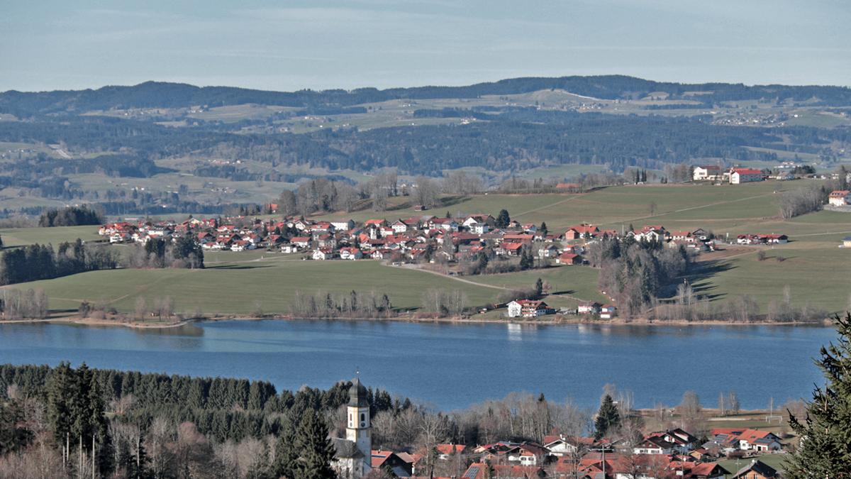 Ausblick vom Anstieg zum Burgkranzegger Horn hinab nach Petersthal, dem Rottachsee und dem gegenüberliegenden Ort Moosbach