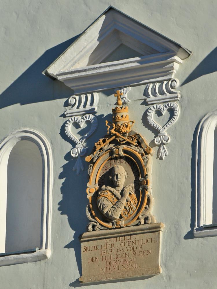 zum Gedenken an den Besuch von Papst Pius VI. der 1782 vom Balkon des Gasthofs 'Zur Gams' - später die Bezirkshauptmannschaft Reutte - der Menge den Segen spendete