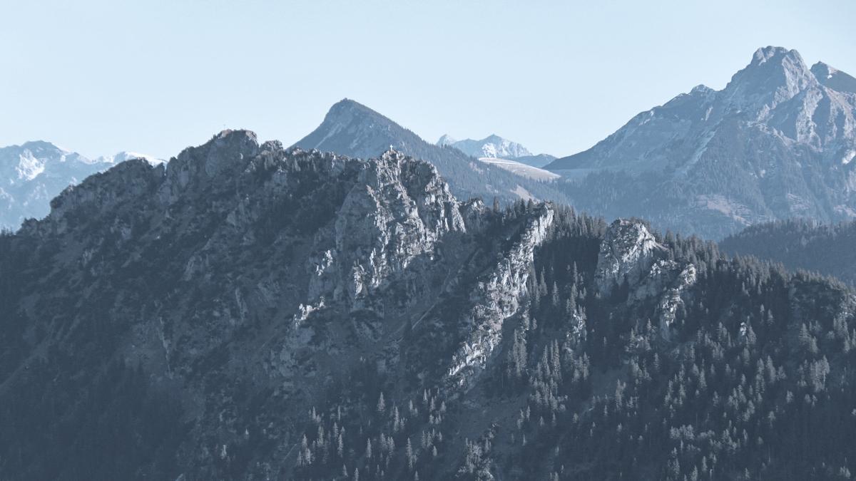 Blick vom Starzlachberg zum Sorgschrofen (li.) und dem Zinken - hinten rechts der Aggenstein