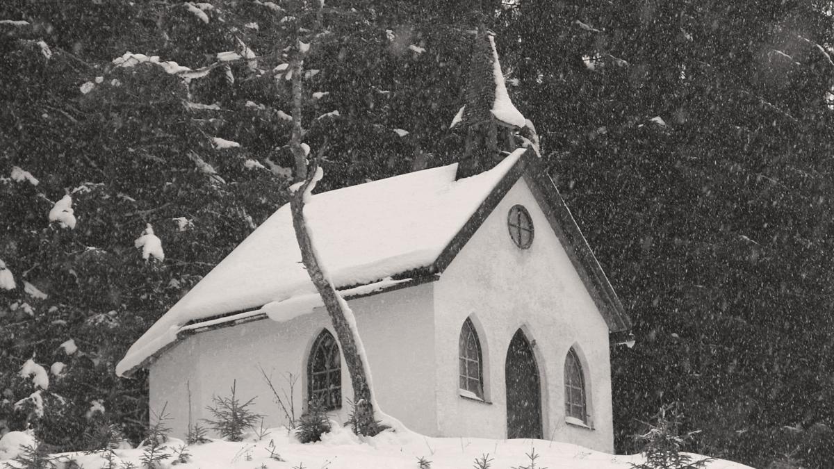 die Wegkapelle Mariahilf am Abzweig der Straße zum Nesselwängler Weiler Rauth wurde Ende des 19. Jahrhunderts errichtet
