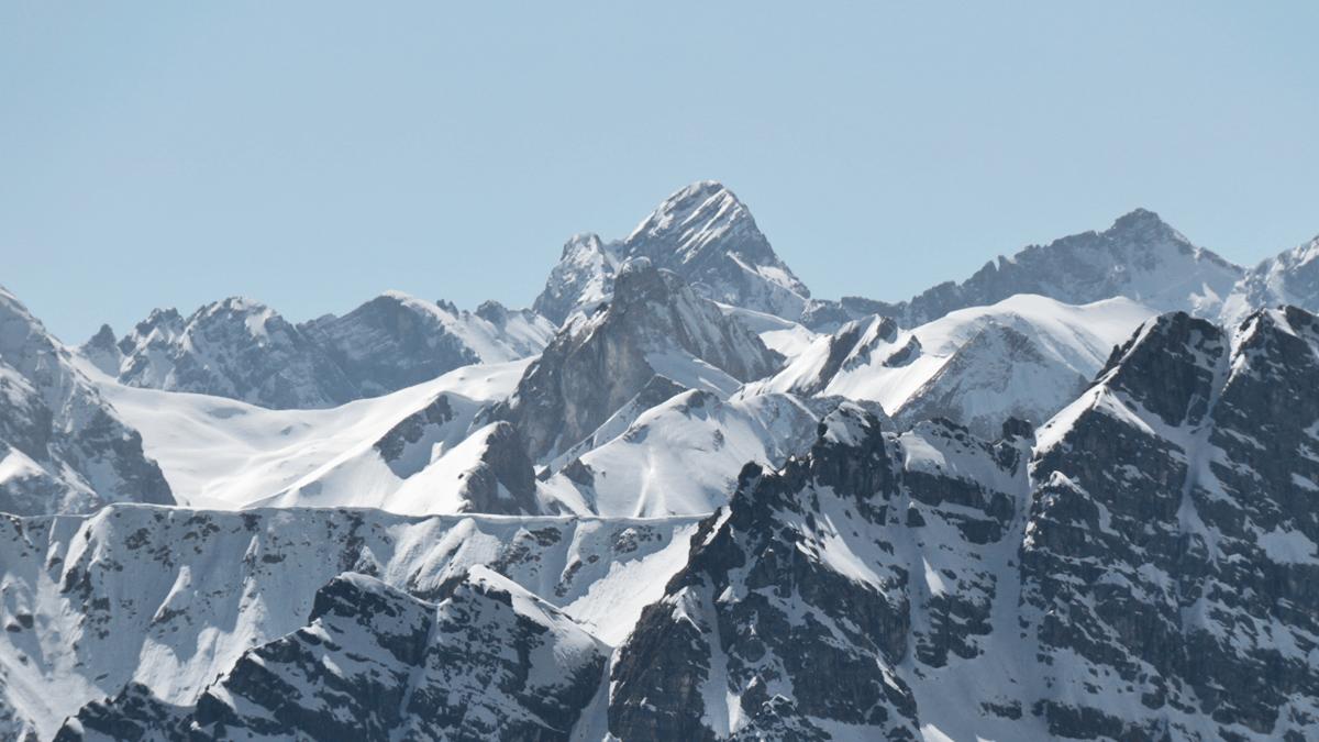 Zoom auf den Großen Krottenkopf und den direkt davor aufragenden Schneck