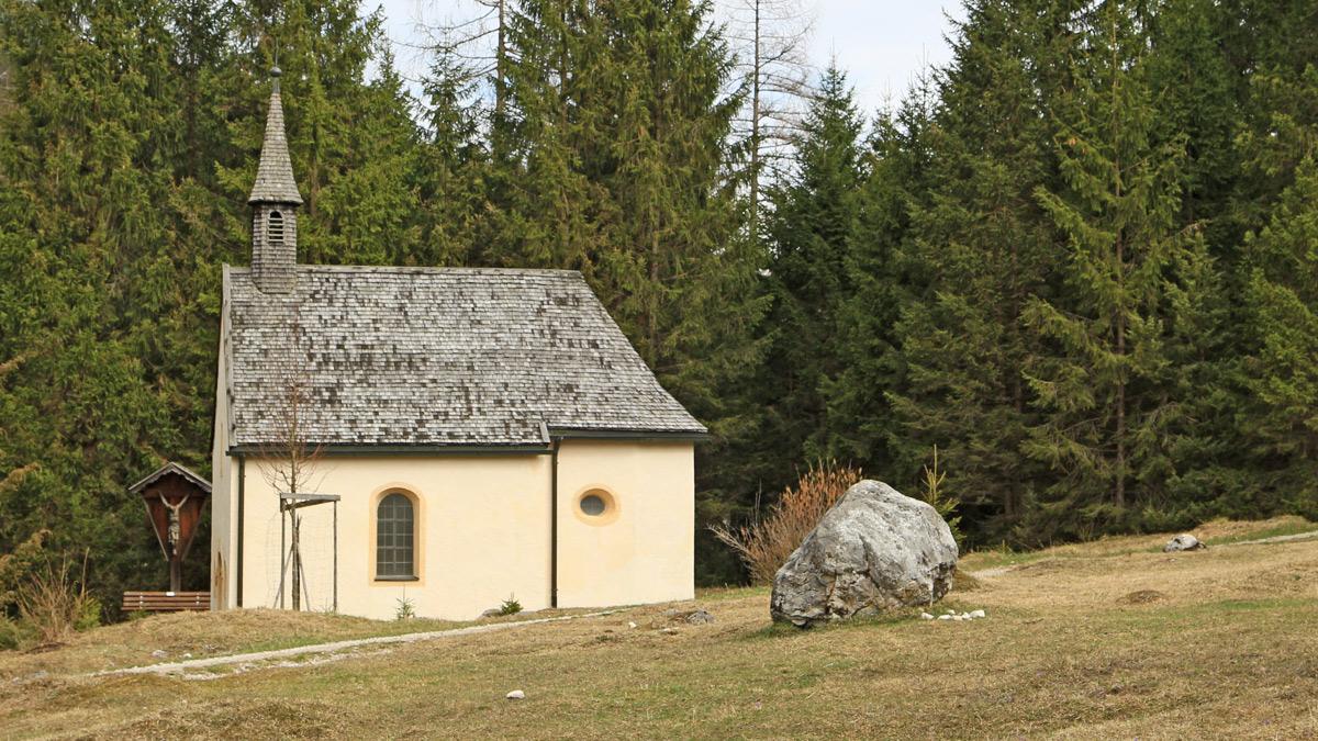die St. Anna-Kapelle nördlich von Ehrwald am Höhenrainweg hinab in Richtung Schanz