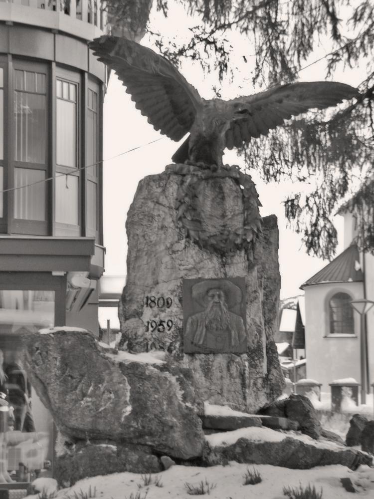 das Andreas-Hofer-Denkmal am Dorfplatz von Tannheim