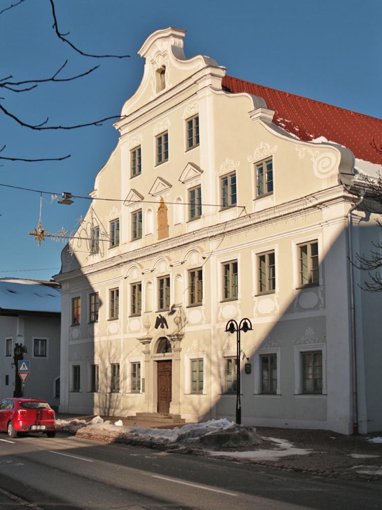 """Ursprünglich Gasthof """"Zur Gemse"""" von Josef Falger erbaut. Papst Pius VI erteilte von hier aus den Segen. 1938 wurde es zum Landratsamt und 1945 zur Bezirkshauptmannschaft umfunktioniert"""