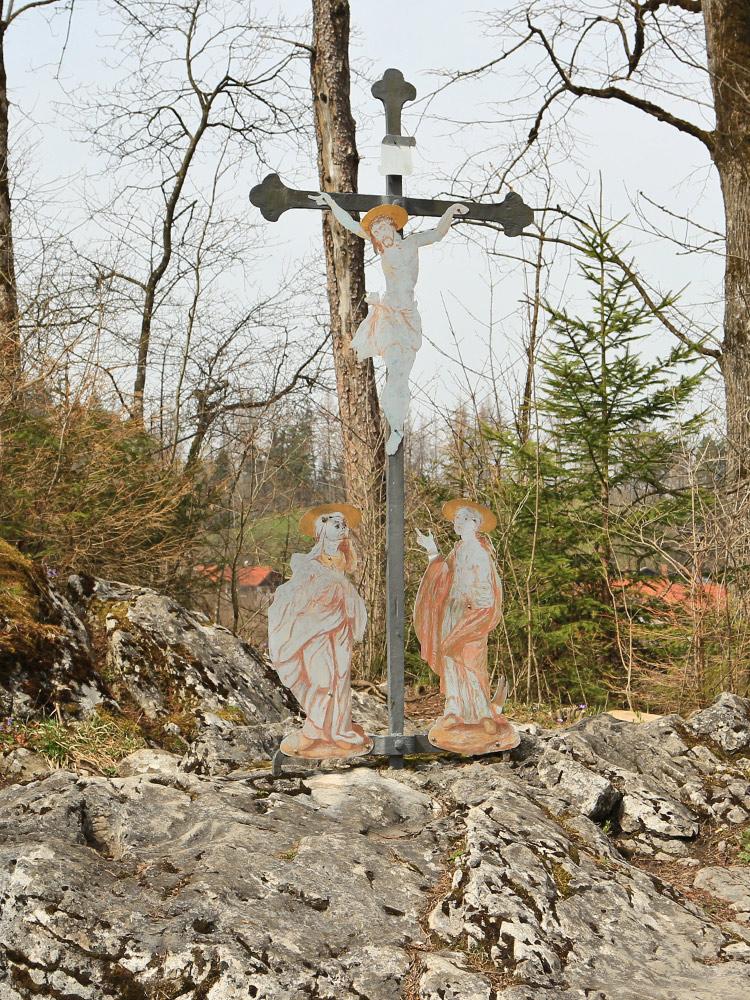 sehr wahrscheinlich hat diese Felsplatte am Rande der Lechschlucht schon heidnischen Kulten gedient - links unten die Vertiefung welche als Mangtritt dem heiligen Magnus zugeschrieben wird