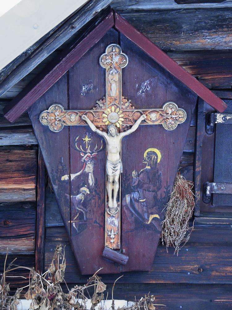 ein interessantes Kruzifix an einer der Hütten im Kessel des Schlierbergs