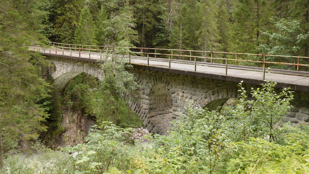 die alte Lechbrücke der einstigen B198 am Beginn der Lechschlucht nahe Prenten (Steeg)