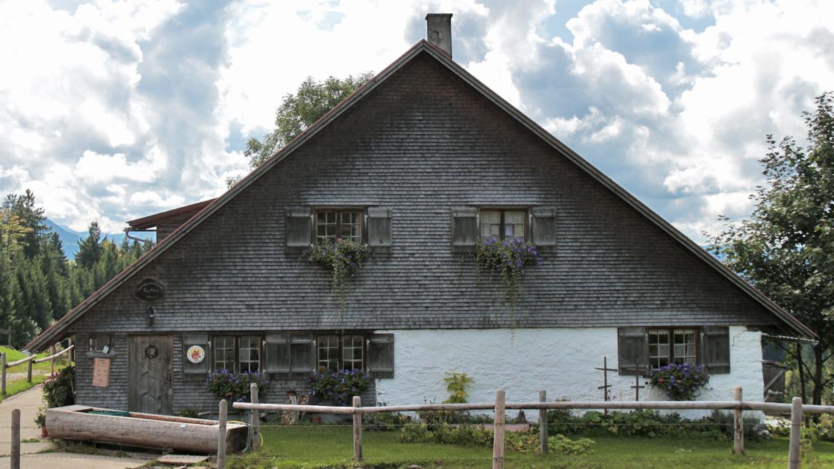 der schöne Hüttenbau der Hompessenalpe