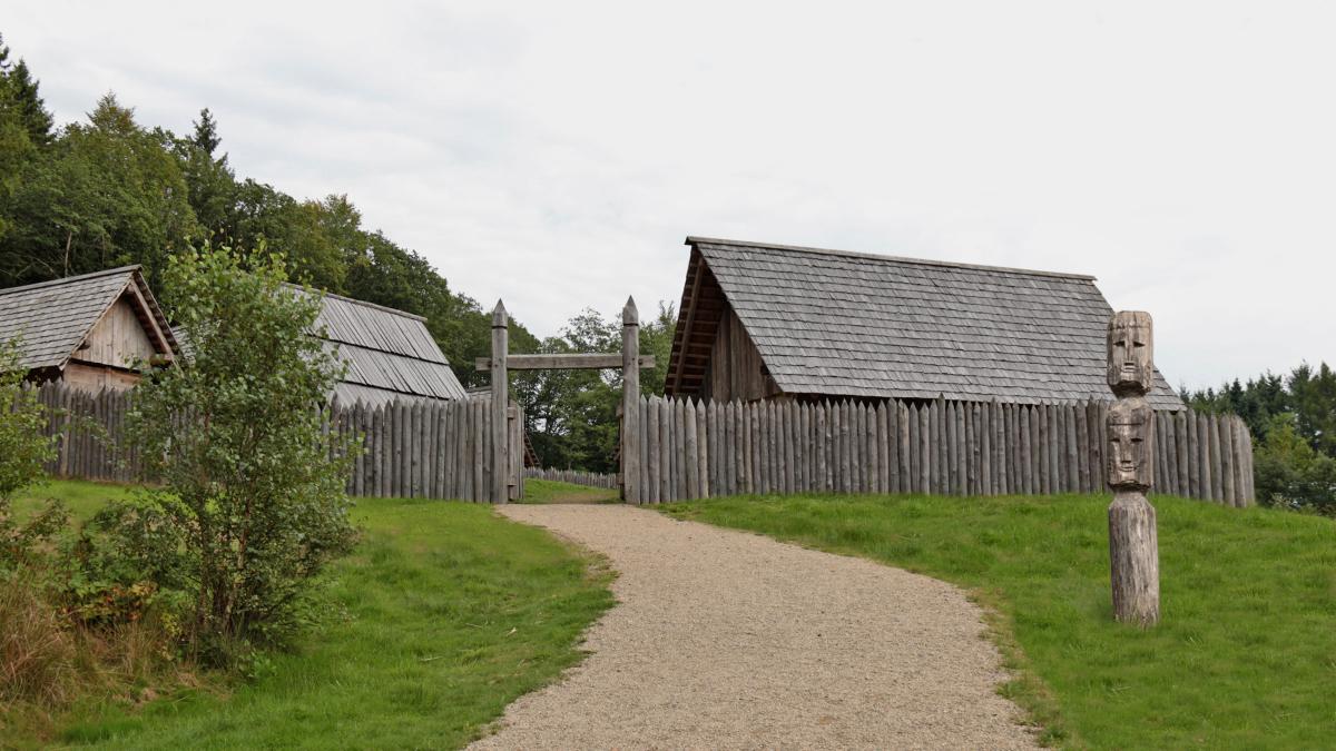 """Rekonstruktion eines Keltendorfes nach Ausgrabungsbefunden im Bereich des keltischen Ringwalls """"Hunnenring"""" bei Otzenhausen (Saarland)"""