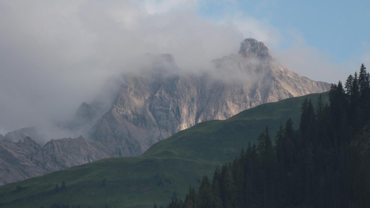 die Freispitze hüllt sich in Nebelfetzen
