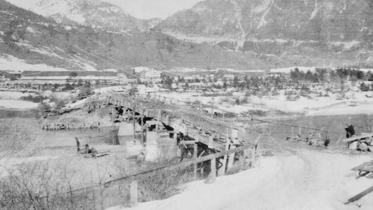 Ansicht der alten Johannesbrücke bei Weißenbach (um 1900?) auf einer Schautafel am ehemaligen Standort