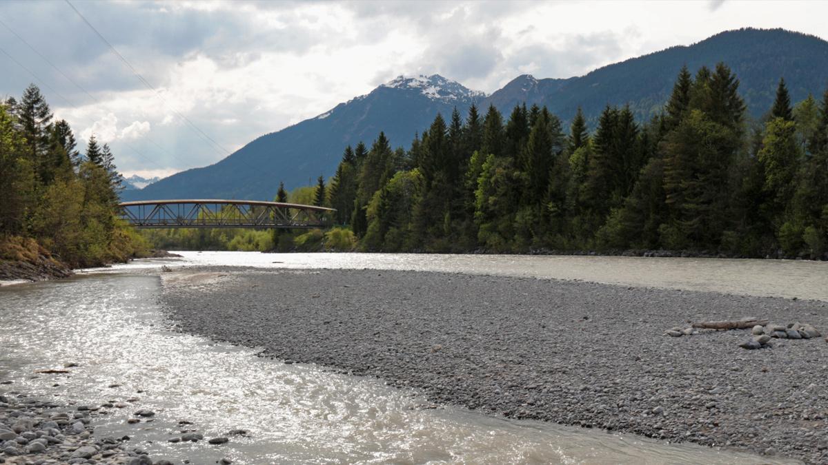 die Lech-Radbrücke bei Weißenbach am ungefähren Standort der vormaligen Johannesbrücke