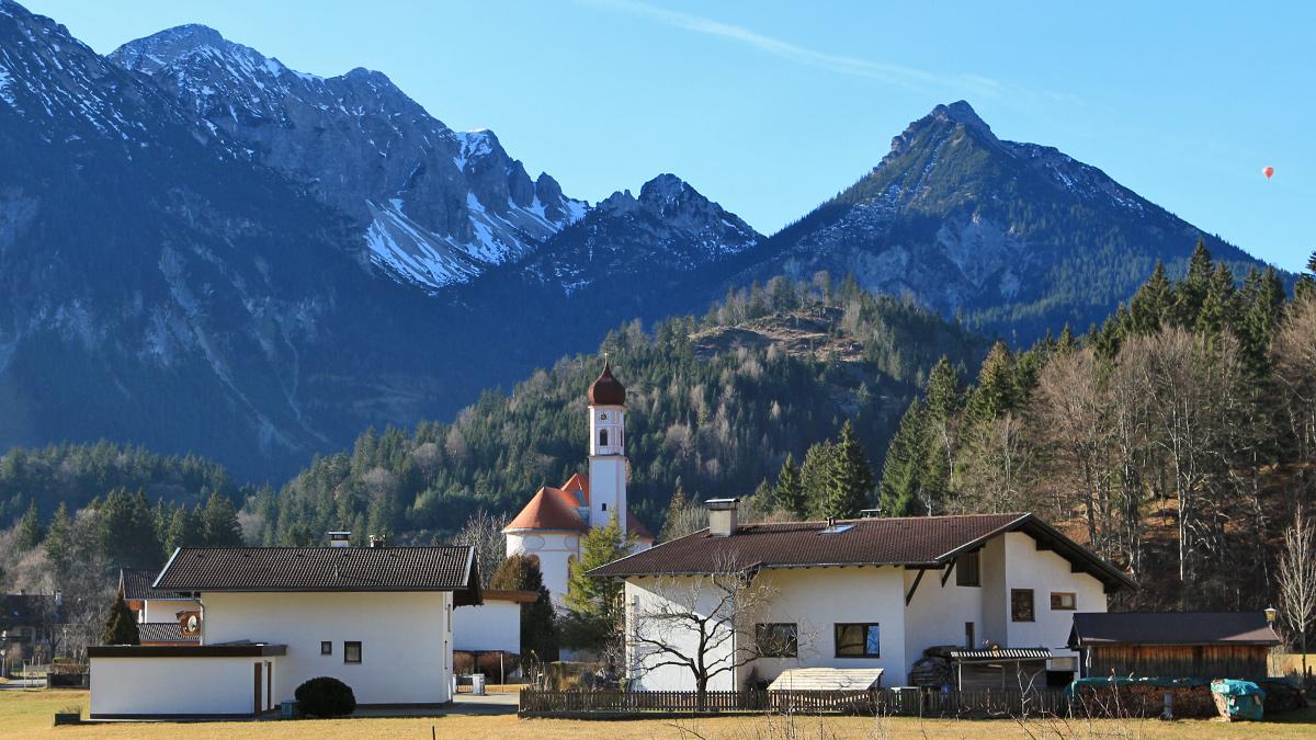 Blick von Unterpinswang bei der St. Ulrichs-Kirche hin zu den Tannheimer Bergen