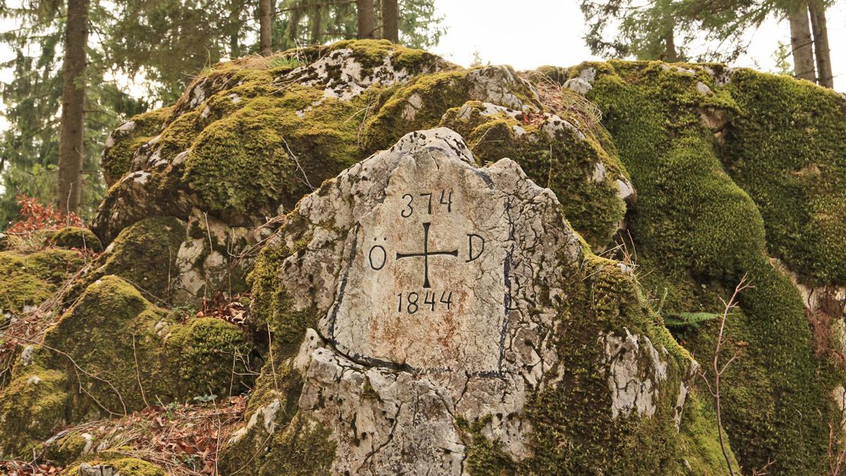 die Grenzmarkierung auf einer Felsplatte in der Nähe des Alpseeblickes
