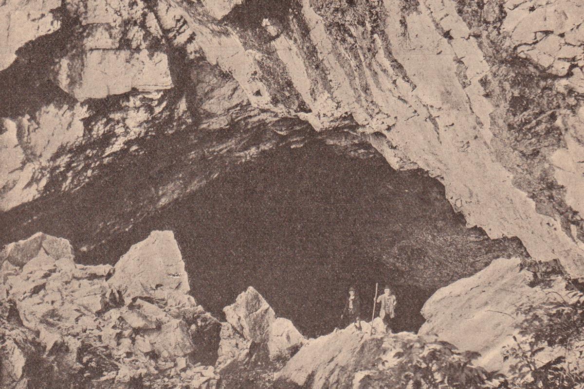 """am Eingang zur Schneckenlochhöhle bei Schönenbach (aus """"Allgäuer Alpen - Land und Leute"""" von Max Förderreuther)"""