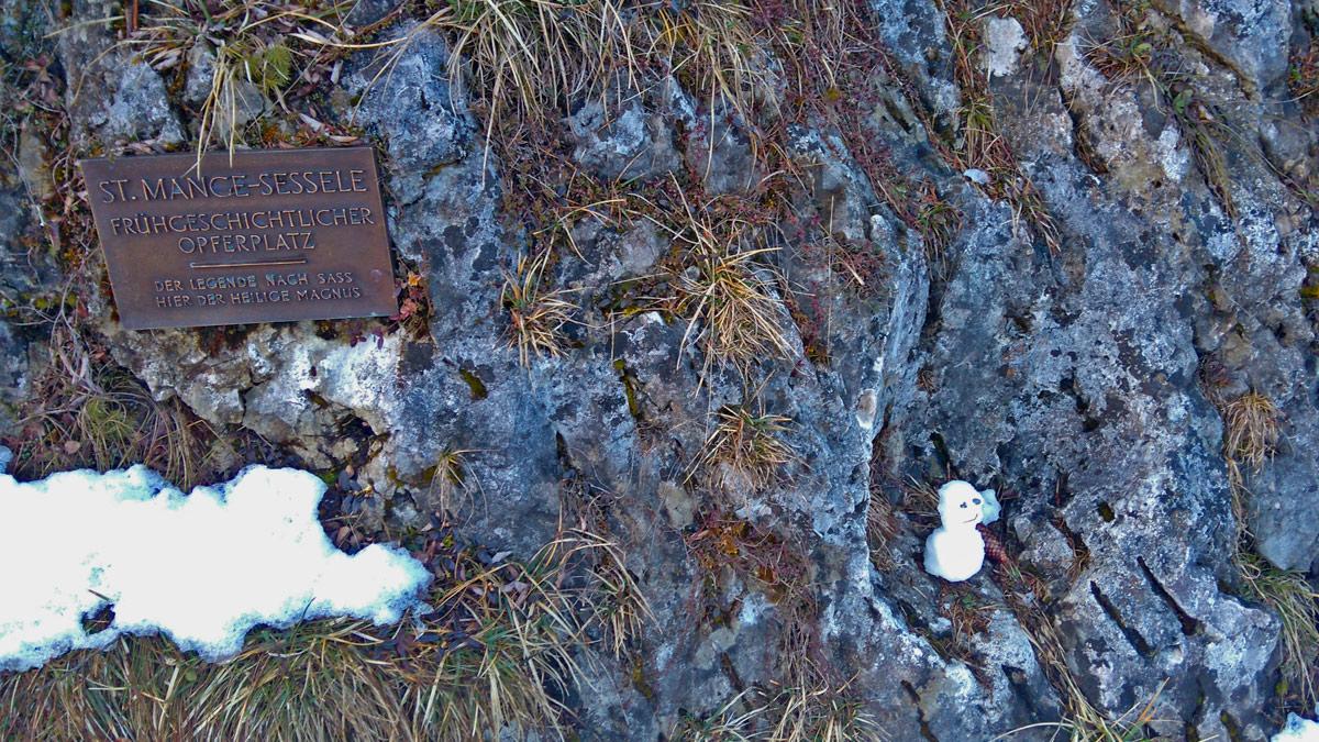 im Volksmund 'Mange Sessele' genannt - ein frühgeschichtlicher Opferplatz im Gemeindegebiet von Lechaschau - der Legende nach saß der hl. Magnus in dieser Vertiefung (hier hat der kleine Schneemann stellvertretend darin Platz genommen)