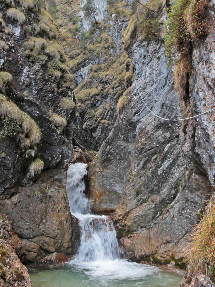 am Eingang zur Saba-Schlucht, welche mittels des Seils auch von Canyoning-Gruppen besucht wird